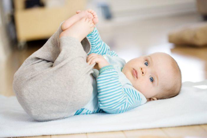 ребенок переворачивается с живота на спину