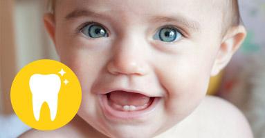 Когда прорезываются первые зубы у грудничков